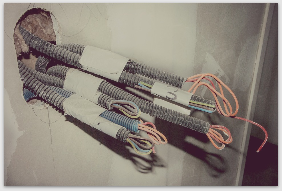 Ne touchez pas au fil électrique si vous ne vous y connaissez pas !